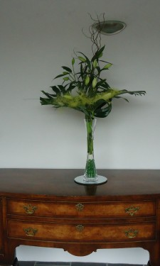 Asiactic lily, monstera leaf and sisal in lily vase with lights