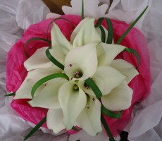Ivory calla lilies with pink crystal and china grass loops